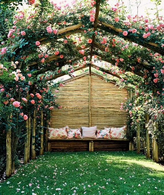 romantische sitzplätze im garten einrichten unter einer selbstgebauten Holzpergola mit rosafarbigen kletterrosen