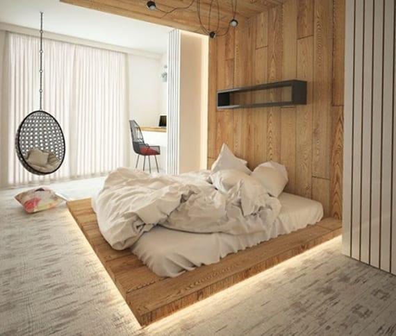 lichtkonzept und Design Inspiration für modernes schlafzimmer mit Holzbettpodest mit indirekter Beleuchtung, Wand- und Deckenverkleidung mit Holz, modernem Schauckelstuhl, rustikalem Holzboden weiß