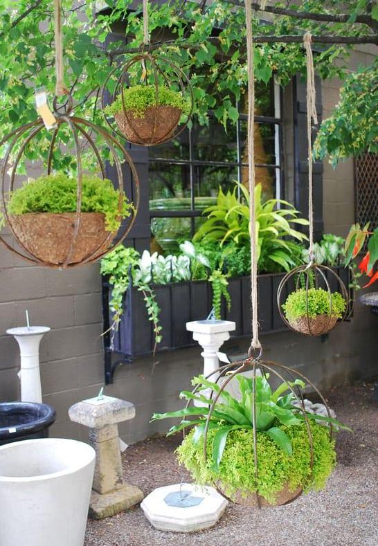 garten und terrasse begrünen mit hängenden balkonpflanzen in selbstgemachten Hängeblumentöpfen aus metall