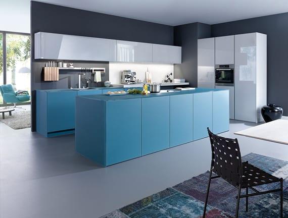 kreative farbgestaltung küche mit wandfarbe grau, weiße küchenschränken in hochglanz und kochinsel blau