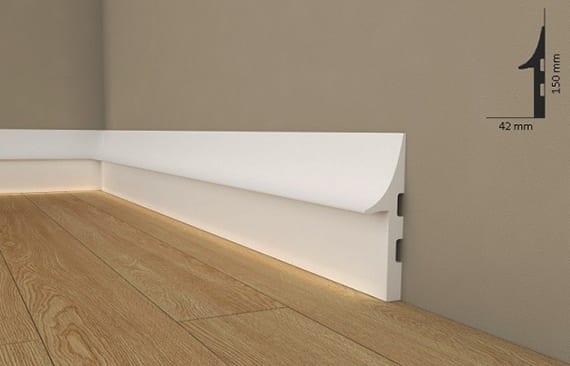 coole raumgestaltung mit LED sockelleisten weiß als versteckte Kabelführung und moderner Akzent zu Holzböden und Wandfarbe Cappuccino