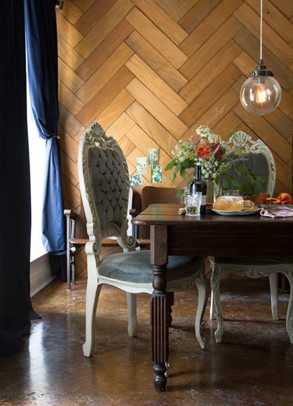 esszimmer im klassischen Stil mit poliertem betonboden braun, holzesstisch, antiken holzstühlen weiß, dunkelblauen gardinen und coole wandverkleidung mit parkett