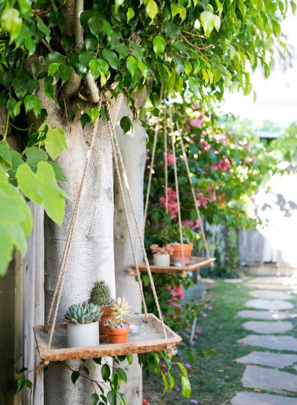 interessante garten idee mit Hängeregalen aus rechteckigen Holzschalen mit Sukkulenten in DIY Betontöpfen