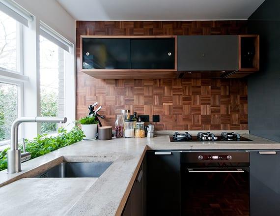 kleine küche modern gestalten mit wand aus parkett, grauen küchenschränken mit weißem Betonarbeitsplatte und eingebautem Kräutergarten vor dem Küchenfenster