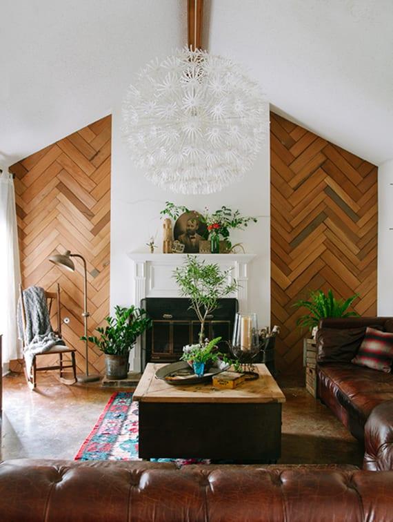 wohnzimmer ideen für klassische raumgestaltung mit kamin, ledersofa braun, kaffeetisch holz und holzwandverkleidung mit fischgrätmuster