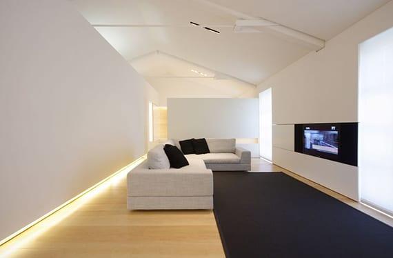 luxus wohnzimmer design mit weißen wänden, weißen Flächenvorhängen, schwarzem teppich vor ecksofa grau und wandbündige TV-regal weiß