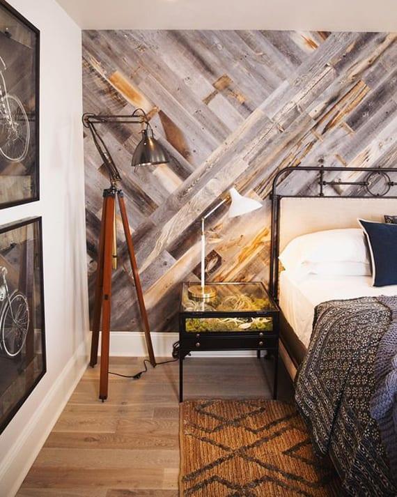 wandgestaltung ideen für schlafzimmer und jugendzimmer mit Farradbildern in schwarzen Bilderrahmen, metallbettgestell schwarz, diy akzentwand holz und Terrarium-Nachttisch