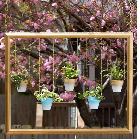moderne Hängedeko für Garten und Terrasse mit goldenem Bilderrahmen und ombre-blumentöpfe