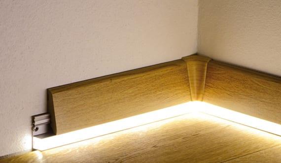 coole lichtkonzepte für Räume mit holzbodenbelag und holzfußleisten mit LED Profilen
