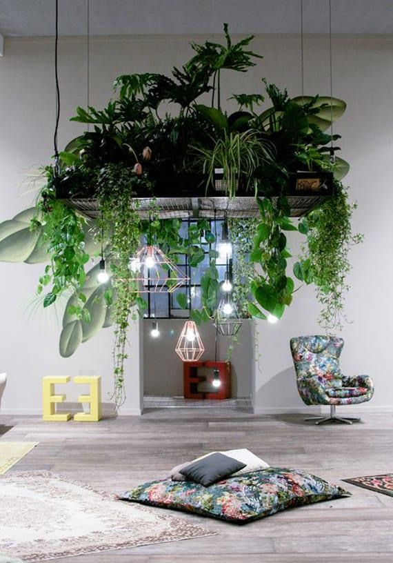 modernes wohnzimmer einrichten mit großen sitzkissen und diy kronleuchter aus einzelnen draht-pendellampen und hängende platte mit pflanzen