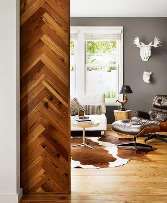 coole farbgestaltung wohnzimmer mit grauen wänden, holzfußboden, weißen fensterrahmen