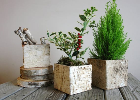 rechteckige DIY Vase aus Borke basteln für rustikale Tischdeko mit moss und grün