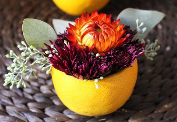 diy herbstdeko mit orangenschale als kleine vase für herbstblumen