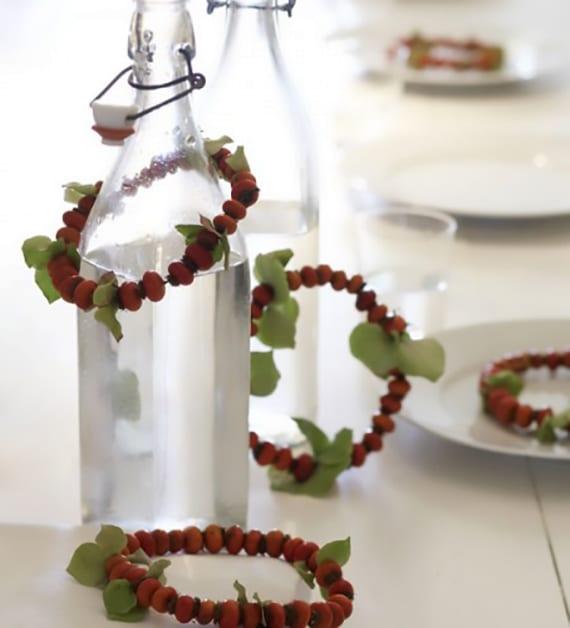moderne herbstliche tischdeko für weißen Holztischmit mit diy Feuerdorn-Ringen