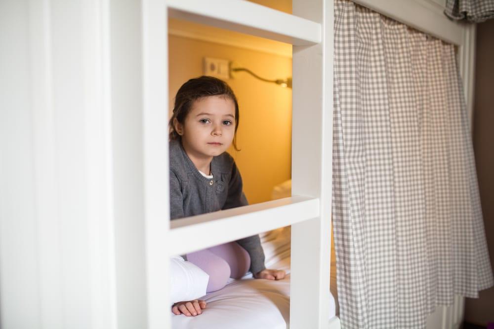 platzsparende kinderzimmergestaltung mit einem hochbett als spielhöle und lernbereich