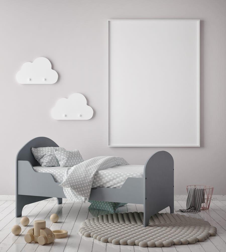 kinder und babyzimmer modern gestalten mit weißem holzbodenbelag, modernem kinderbett grau, wandfarbe hellgrau, wanddeko mit weißen wolken-wandkleiderhacken und rundem teppich aus holzkugeln