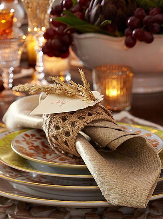 tisch eindecken für familienessen zum erntefest mit reiben als tischdeko und kreativen diy serviettenringe mit namenschildern