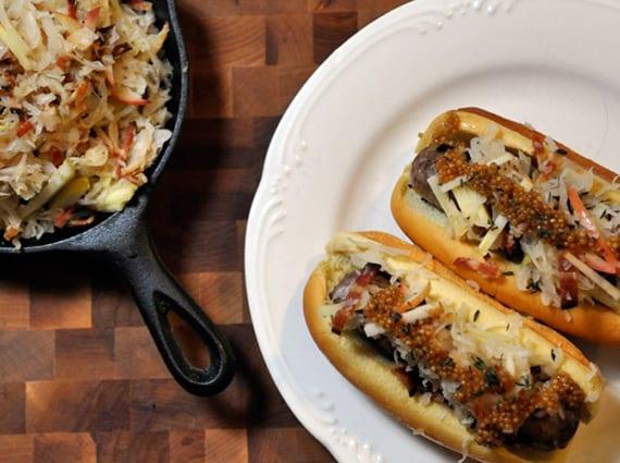 grillparty rezept für bratwurst-hotdog mit hausgemachtem senf und sauerkraut