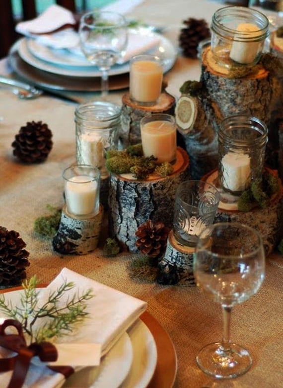 herbstdeko holz mit weißen kerzen, moos und zapfen kombinieren für eine rustikale tischdekoration auf rupfen-Tischdecke