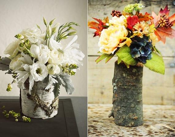 elegante blumendeko mit weißen Blumen und Beerenzweigen in Vase aus Birkenholz oder bute herbstdeko mit herbstblumen in baustamm-vase