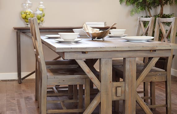 weißgestrichene esszimmermöbel aus massivholz im vintage style für kleines esszimmer einrichtung mit sideboard und ausziehbarem esstisch