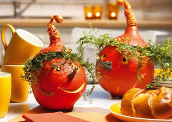 coole tischdeko herbst im gelb und orange mit dekorativen figuren aus kürbissen und Feld-Thymian