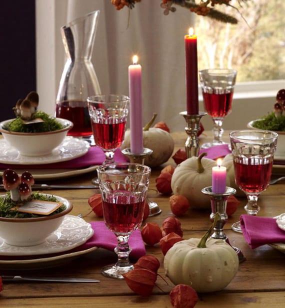 herbstliche tischdeko mit weißen kürbissen, lilafarbigen servietten und kerzen in selbernen kerzenhaltern, Lampionblume und coole tischplatz deko mit moos und pilzen