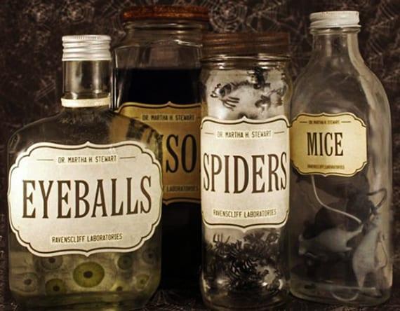 halloween tipps und bastelideen für coole DIY deko mit alten Apothekerflaschen mit halloween-etiketten, spinnen, mäusen und lebensmittelfarbe