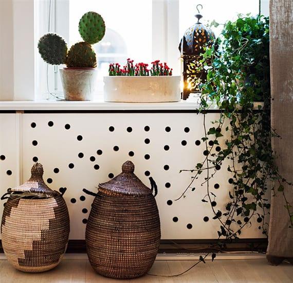 kreative fensterbankdeko mit pflanzen und schöne heizkörper abdeckung mit gelöcherten sperrholzplatten