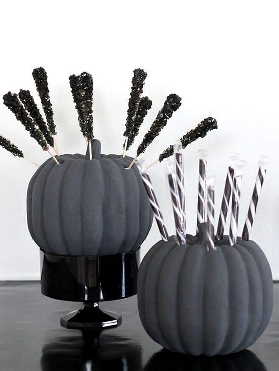 coole kürbis halloween bastelideen für coole tischdeko mit schwarzen kürbissen