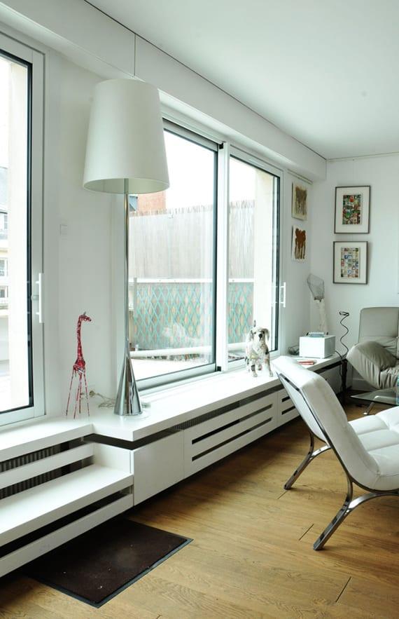 wohnzimmer interieur weiß mit moderner heizkörperverkleidung weiß, parkettboden, ledersofa grau und lesersessel weiß