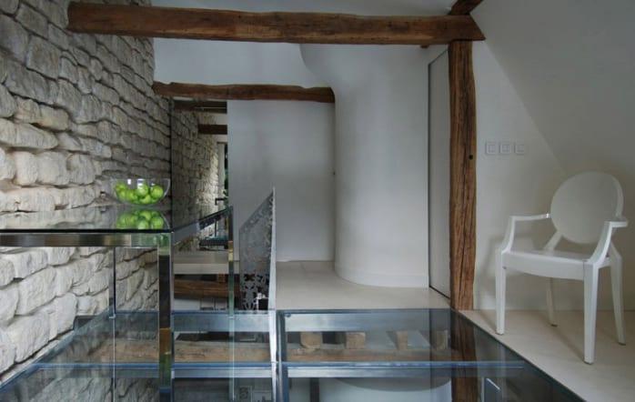 schmales loft apartment mit weißen wänden, holzbalken, spigelglastüren und begehbarer verglasung