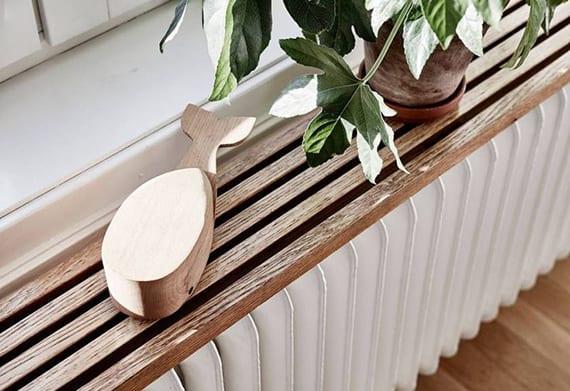 coole wohnidee für gestaltung und dekoration vom weißen radiator aus gusseisen mit diy holzregal