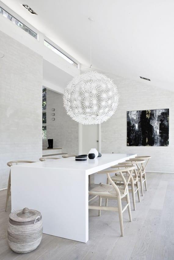 weißes esszimmer mit dachschräge modern einrichten mit esstisch weiß, holzstühlen und IKEA Hängeleuchte MASKROS
