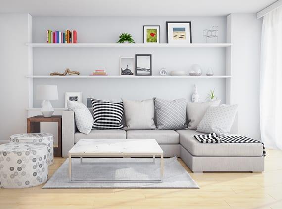 kleines wohnzimmer mit wandnische praktisch einrichten mit einbauregalen, kleinem ecksofa grau, holzbeistelltisch mit nachttisch, runden hockern und modernem konsole-couchtisch weiß