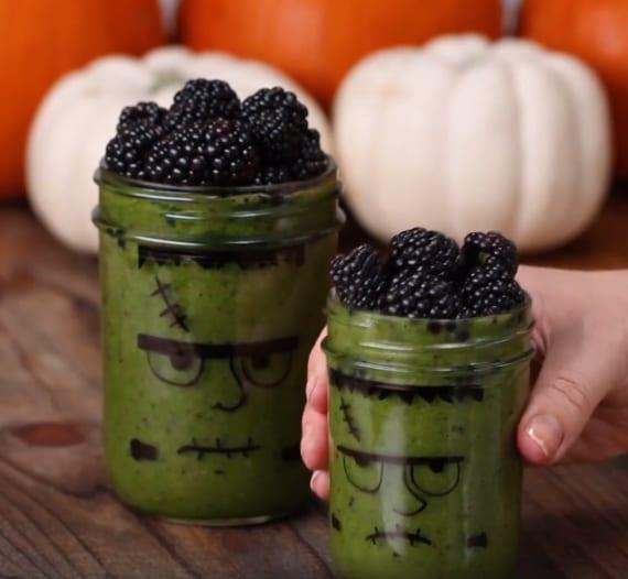 leckerer Smoothie aus spinat und früchten als passender getränk für kinder