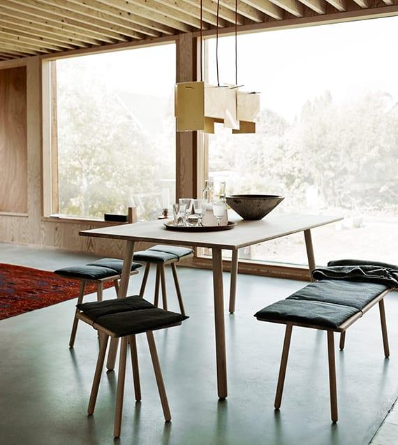 elegante einrichtung esszimmer mit designer esszimmermöbeln aus holz im wohnbereich mit großen panoramafenstern, holzwandverkleidung und coole deckengestaltung mit holzlatten