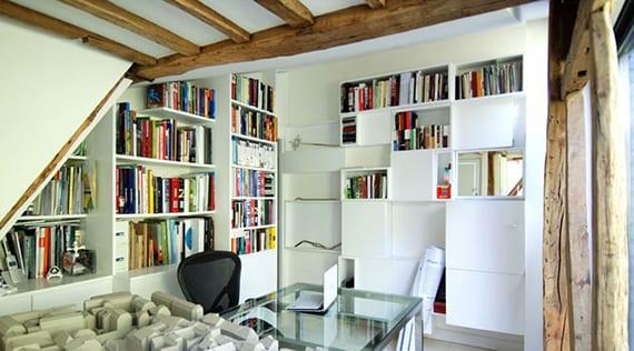 inspiration für gemütliche einrichtung vom arbeitszimmer mit sichtbaren holzbalken, weißen regalen und bürotisch aus glas