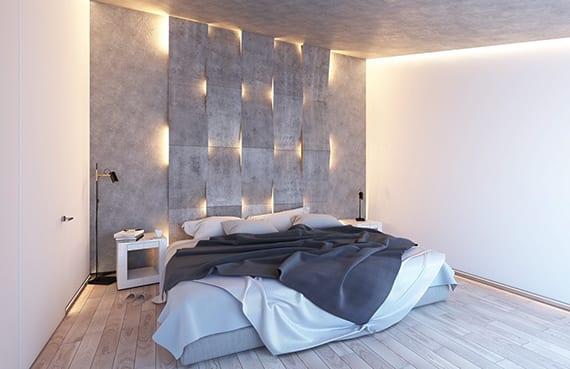 coole lichtgestaltung schlafzimmer mit holzboden, betondecke, weißen nachttischen und coole wandgestaltung aus betobplatten und einbauwandleuchten