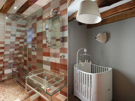 rustikale deckengestaltung mit holzbalken im bad und babyzimmer und kreative badgestaltung mit weißen und rotbraunen Badfliesen, waschbecken glas, dusche mit glaswand und mosaikboden