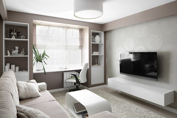kreative wohnideen für kleines wohnzimmer mit wandfarbe cappuccino, Arbeitsplatz am fenster, weißen einbauregalen, runder deckenlampe und modernem TV-wandregal