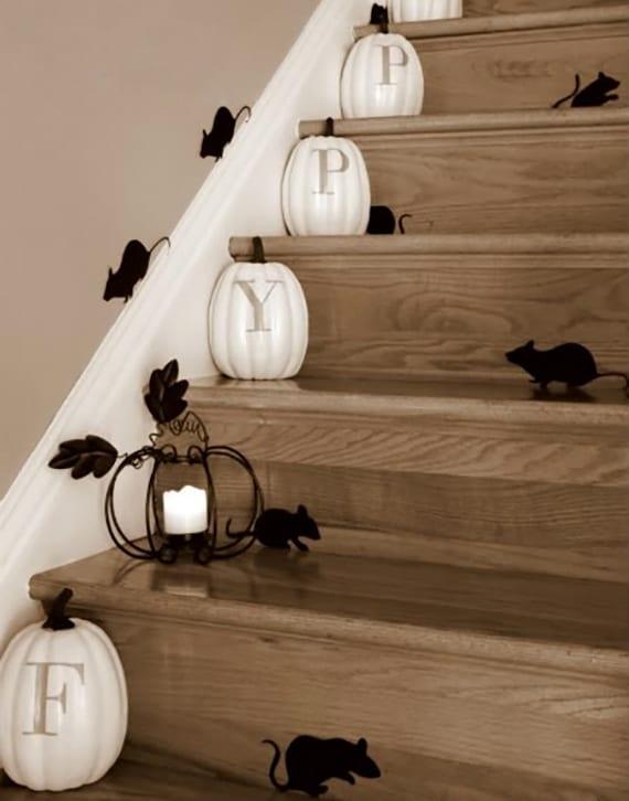 diy halloween deko für innentreppe mit schwarzem papiermäusen, weißen kürbissen und schwarzer DIY Kürbis-laterne aus metall