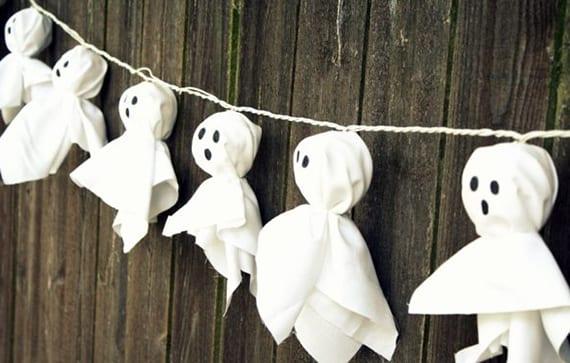 coole halloween bastelideen mit kugel-lichterkette und baumwolle für diy deko mit leuchtenden geistern