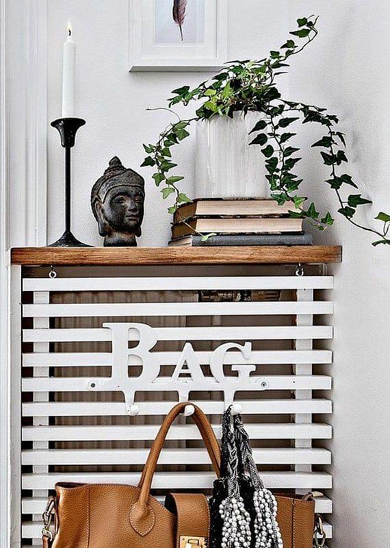 coole flur idee für moderne und raumsparende gestaltung mit diy holzregal mit wandhacken_originelle flurdeko idee mit alten büchern, kerzenhalter schwarz, buddha figur