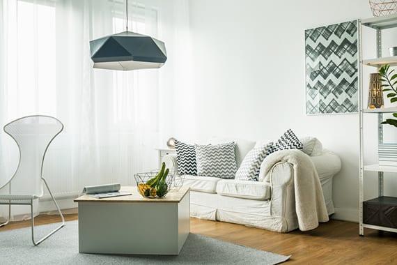 schicke raumgestaltung kleiner räume mit parkett, designer Sessel weiß, holzcouchtisch rechteckig, designer hängelampe,metallregal weiß, 2-er sofa und kissen mit zickzack-muster