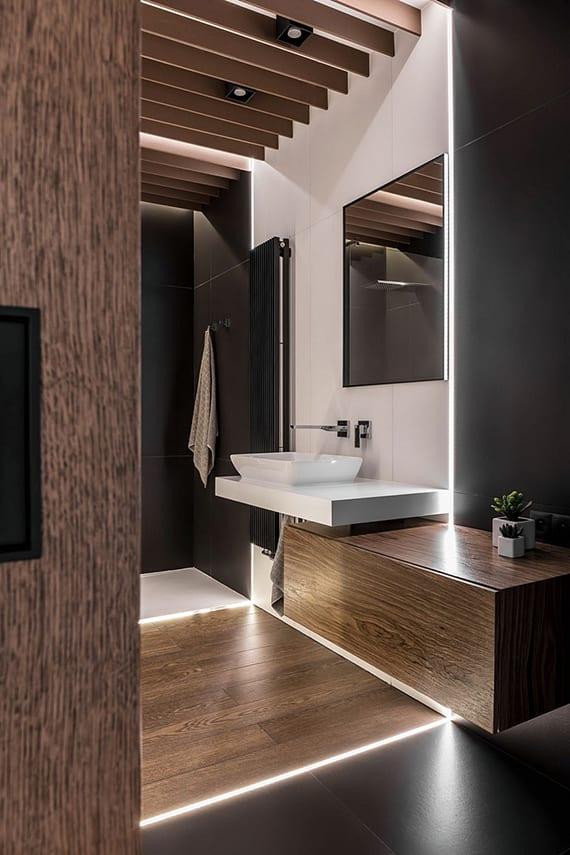 coole gestaltungsidee für kleines badezimmer mit dusche, weißem waschtisch und glaswaschbecken, großformatigen badfliesen schwarz und weiß und holzwandregal