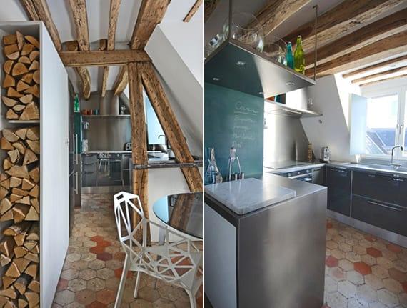 dachwohnung Küche mit Dachschräge, akzentwand grau, grauen küchenschränken,sechseckigen bodenfliesen naturfarbe und fenster vor waschbecken