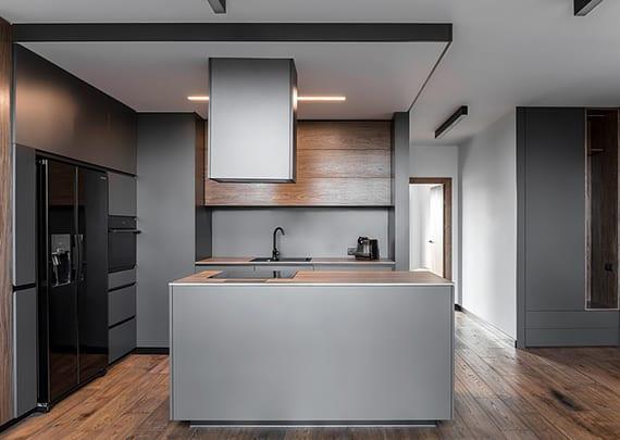 modernes wohnzimmer mit wohnküche in dunkelgrau modern gestalten mit parkett, holzwandverkleidung, einbaudeckenlampe und wandfarbe grau