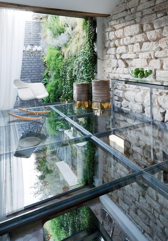 kreative wohnideen für renovierung altbauwohnungen mit kalksteinwänden durch transparente ramgestaltung mit verglasten wänden und boden