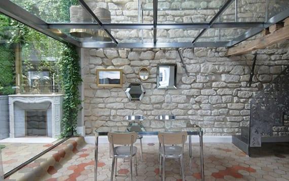 maisonette wohnung mit glasboden, innentreppe aus stahlblech, hexagon-fliesen, hofgarten mit begrünter wand und essbereich mit esstisch und stühlen aus aluminium